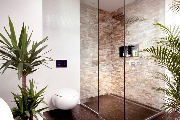 Baños de estilo asiático por Klaus Geyer Elektrotechnik