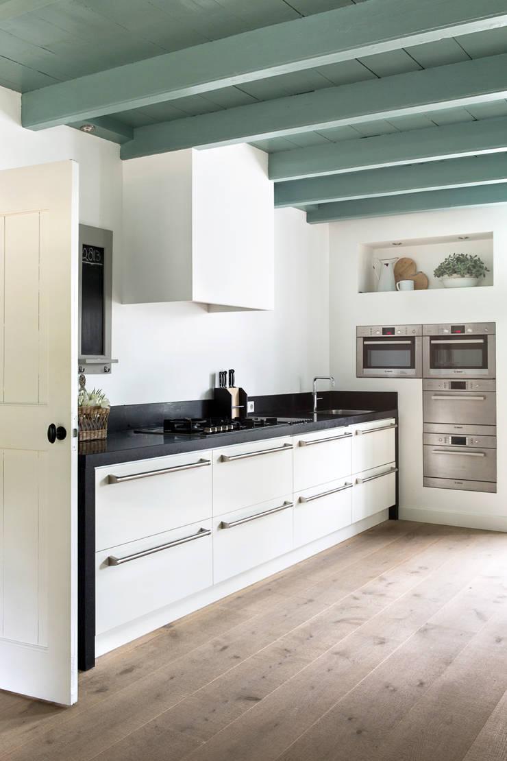 Restauratie Boerderij:  Keuken door Brand BBA I BBA Architecten, Rustiek & Brocante