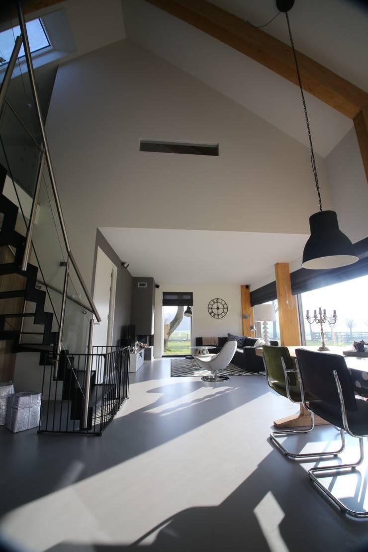 Salones de estilo  de STUDIO = architectuur, Moderno Vidrio