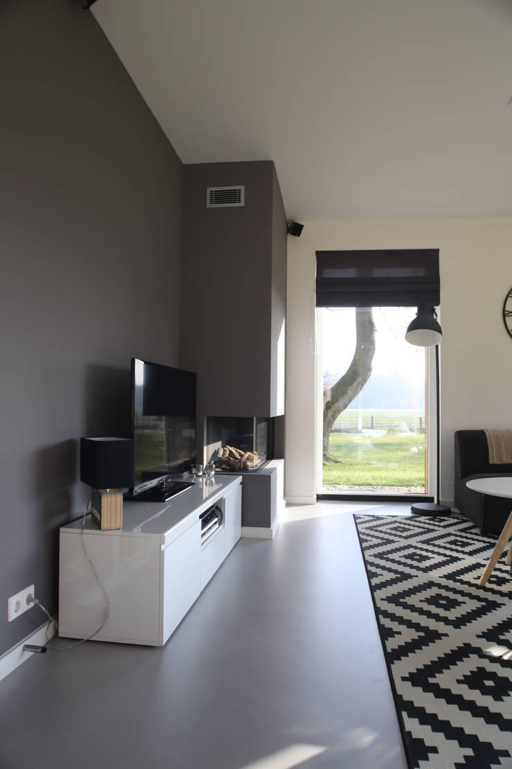 Ruang Keluarga oleh STUDIO = architectuur, Modern