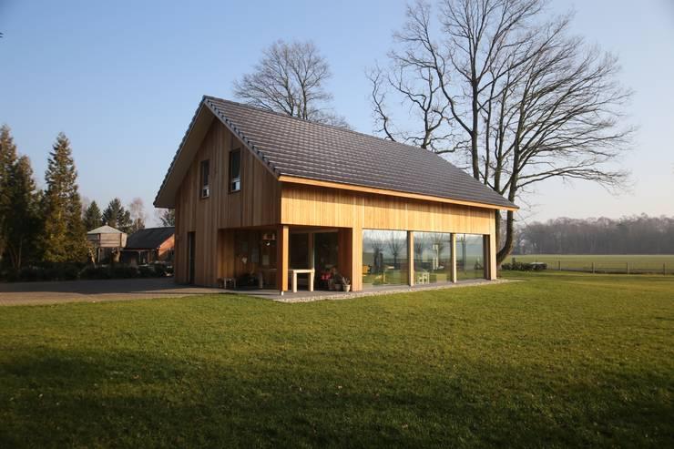 Rumah oleh STUDIO = architectuur, Skandinavia Kayu Wood effect