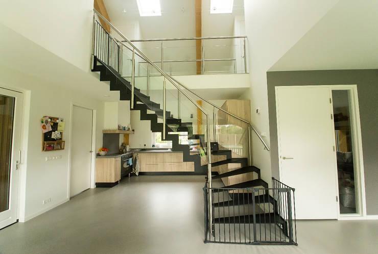 Stalen trap in nieuwbouw woning te Nijerdal: minimalistische Eetkamer door STUDIO = architectuur