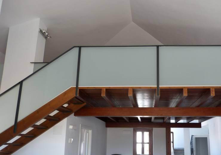 Vestíbulos, pasillos y escaleras de estilo  por Conely