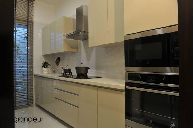 Kitchen:  Kitchen by Grandeur Interiors