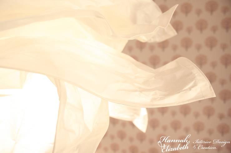 Suspension nuage contre papier peint: Chambre d'enfant de style  par HANNAH ELIZABETH INTERIOR DESIGN & CREATION