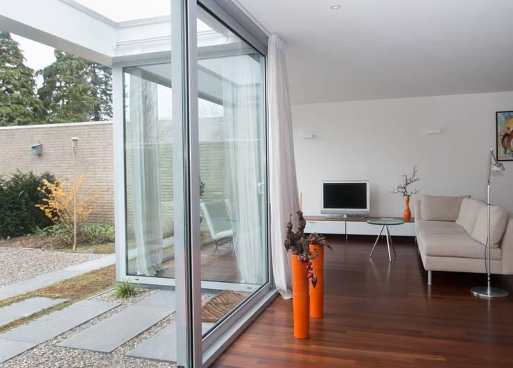 Binnen wordt buiten, buiten wordt binnen: moderne Woonkamer door Architect2GO