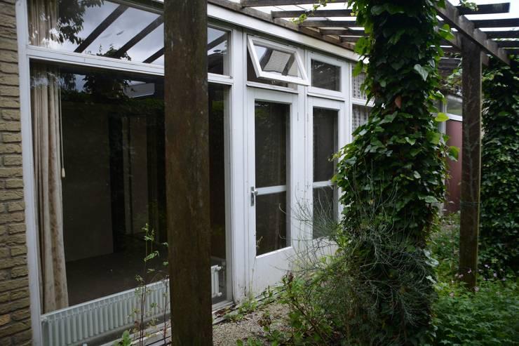 slaapkamers met uitzicht op tuin:  Huizen door Architect2GO