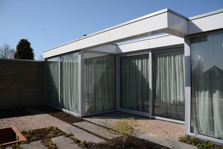 Minimalistische puien:  Huizen door Architect2GO