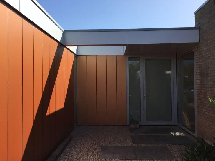 Entrée bungalow nieuwe situatie:  Huizen door Architect2GO
