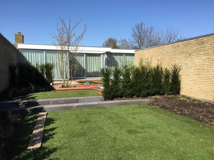 metamorfose van achtergevel en tuin:  Huizen door Architect2GO