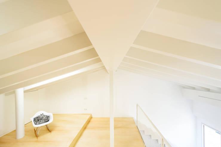 Salas / recibidores de estilo  por Aina Deyà _ architecture & design, Escandinavo Madera Acabado en madera