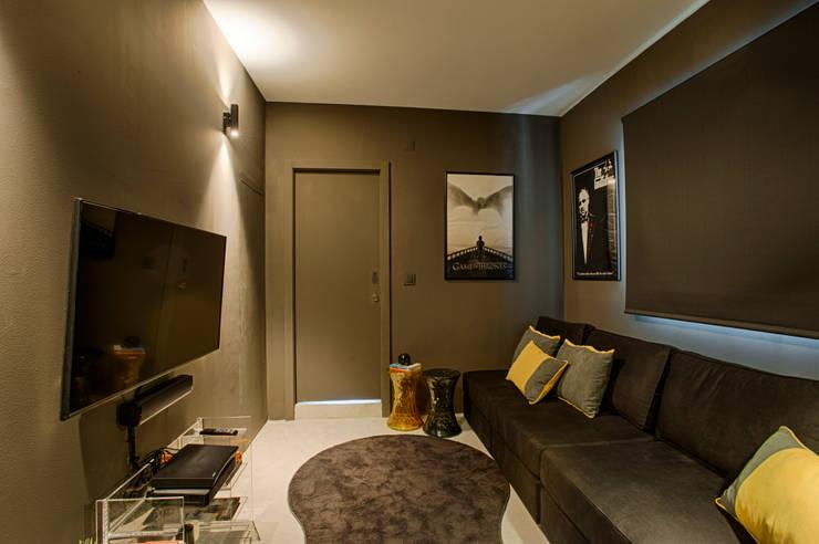 Casa de Praia : Salas multimédia  por Santiago   Interior Design Studio