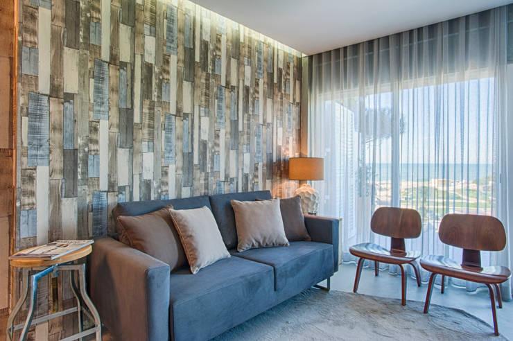 Casa de Praia : Salas de estar industriais por Santiago   Interior Design Studio