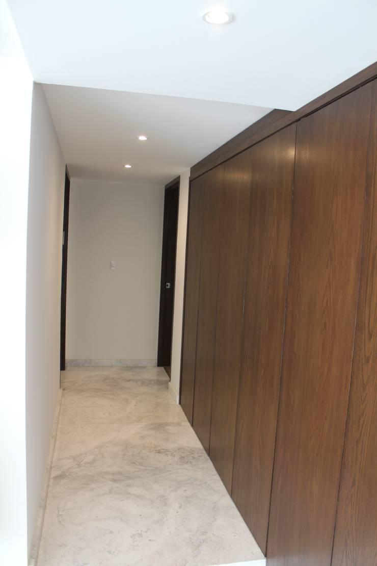 CASA T-B: Pasillos y recibidores de estilo  por IARKITECTURA