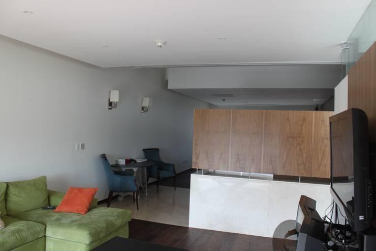 DEPARTAMENTO R-G: Salas multimedia de estilo  por IARKITECTURA
