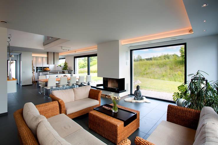 Salas / recibidores de estilo  por Klaus Geyer Elektrotechnik