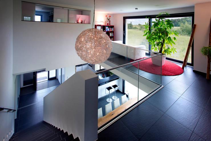 Salle multimédia de style  par Klaus Geyer Elektrotechnik, Méditerranéen