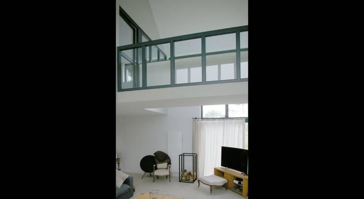 MAISON C: Couloir et hall d'entrée de style  par Pierre Albertson