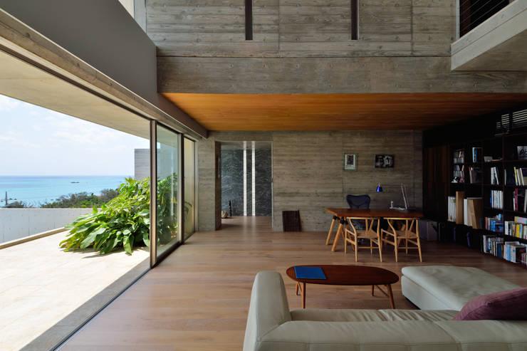 Living room by 門一級建築士事務所