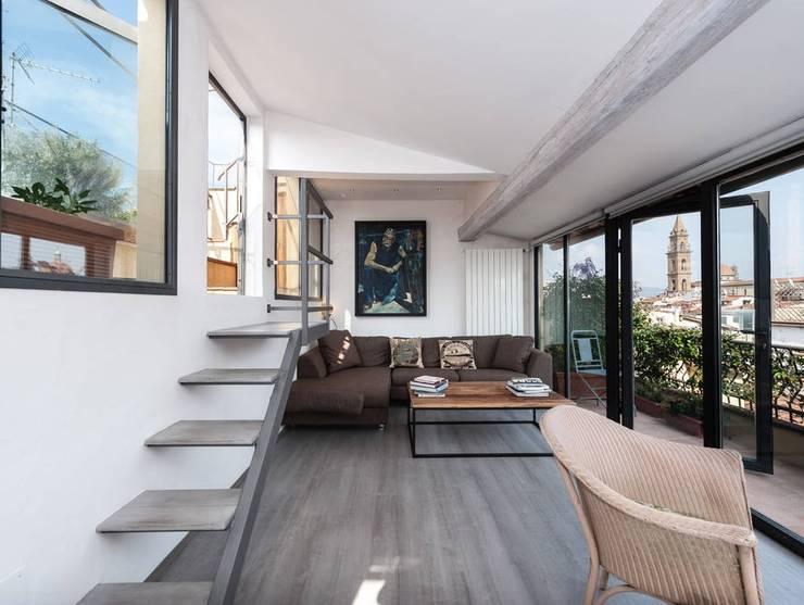 Ristrutturazione residenziale a Firenze: Soggiorno in stile  di de vita e fici architetti associati