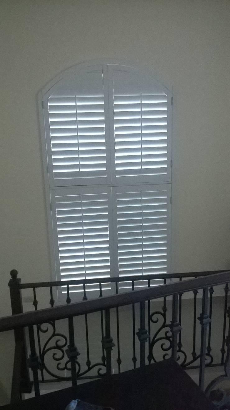 Shutters en forma de Arco: Puertas y ventanas de estilo  por Whitewood Shutters