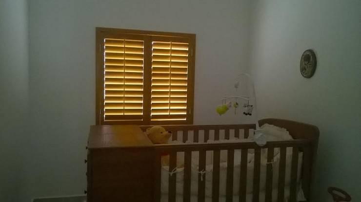 Shutter para cuarto de bebé: Puertas y ventanas de estilo colonial por Whitewood Shutters