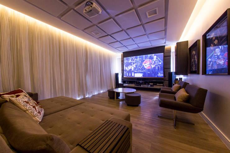 Salas multimedia de estilo  por Carolina Mota - Arquitetura, Interiores e Iluminação