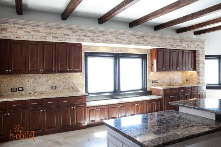 Muro de piedra y cantera con spots de luz y granito en muro: Cocinas de estilo  por H-abitat Diseño & Interiores