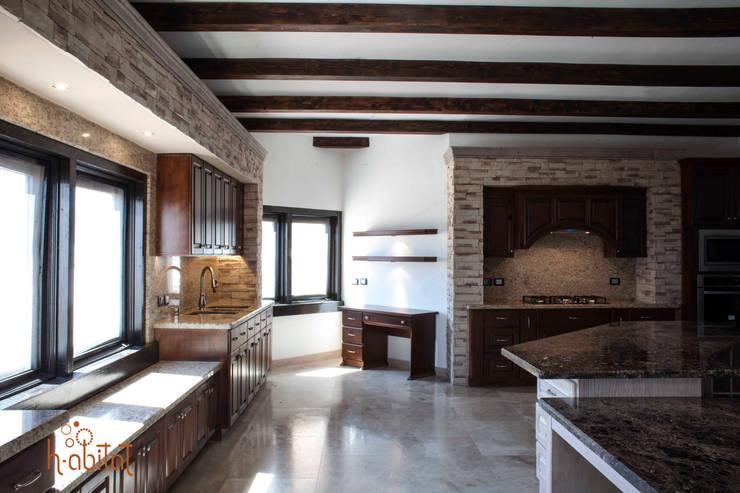 Escritorio con spots de iluminación: Cocinas de estilo  por H-abitat Diseño & Interiores