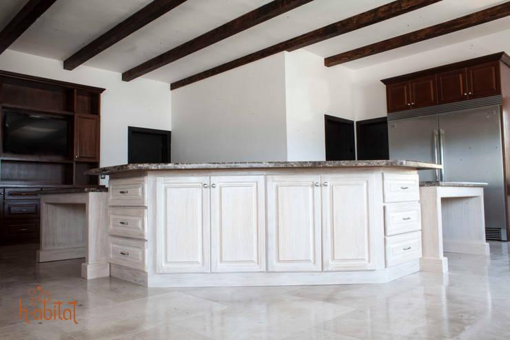 Isla Central en acabado patinado : Cocinas de estilo  por H-abitat Diseño & Interiores