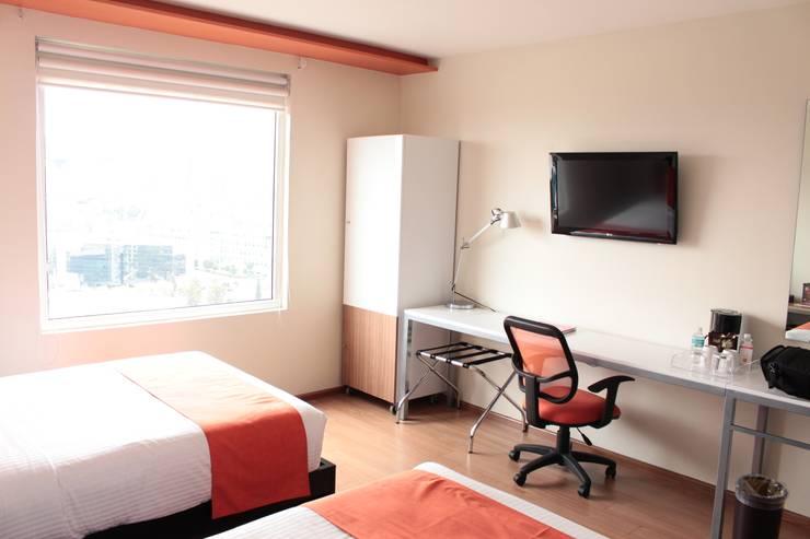 Ventana fija de PVC alemán. Hotel comfort inn : Hoteles de estilo  por Fensteq