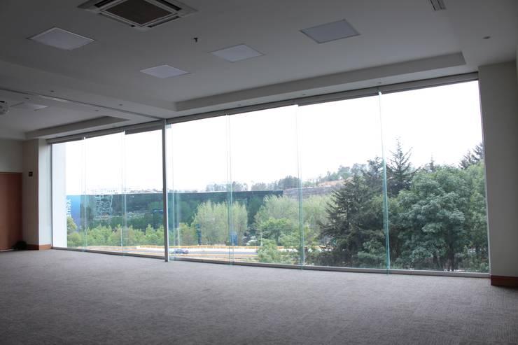 Fachada integral para salón de enventos : Salones para eventos de estilo  por Fensteq
