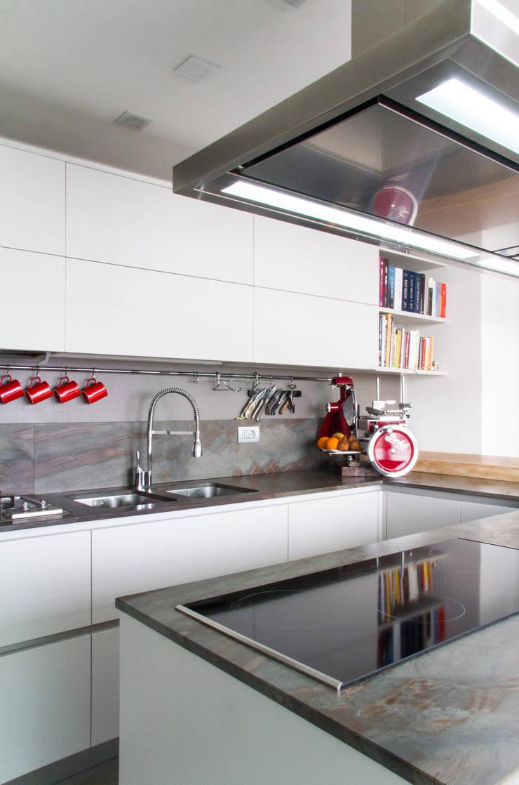 Stone Tower Milano: Cucina in stile  di Architetto ANTONIO ZARDONI