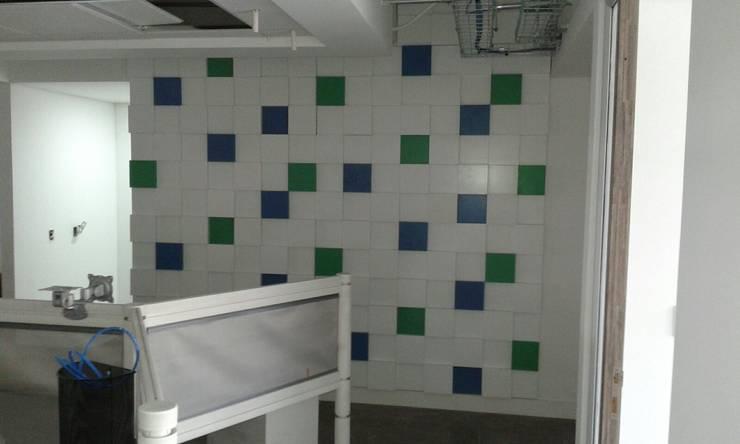 PROYECTO MOBILIARIO. ALPINA LA ESTANCIA: Oficinas y Tiendas de estilo  por La Carpinteria - Mobiliario Comercial