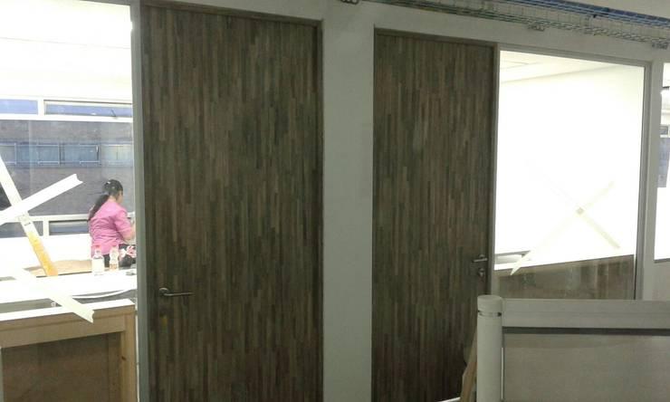 PROYECTO MOBILIARIO. ALPINA LA ESTANCIA: Oficinas y Tiendas de estilo  por La Carpinteria - Mobiliario Comercial, Moderno Madera Acabado en madera
