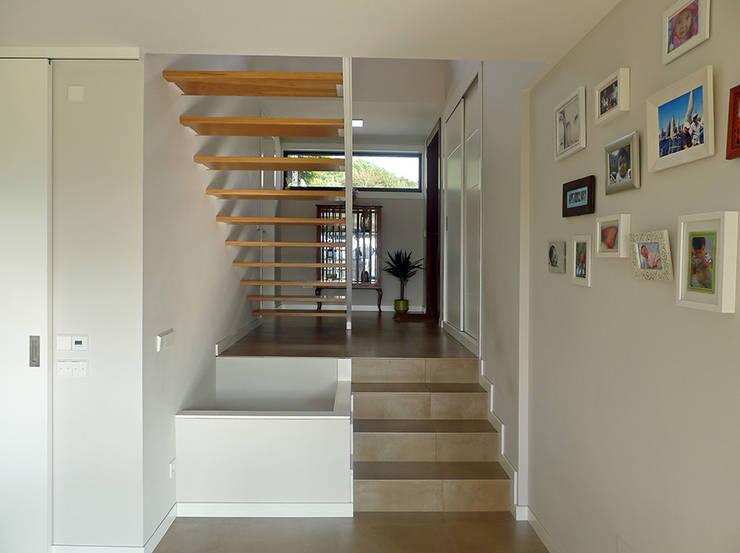 Vivienda en Callobre: Pasillos y vestíbulos de estilo  de AD+ arquitectura