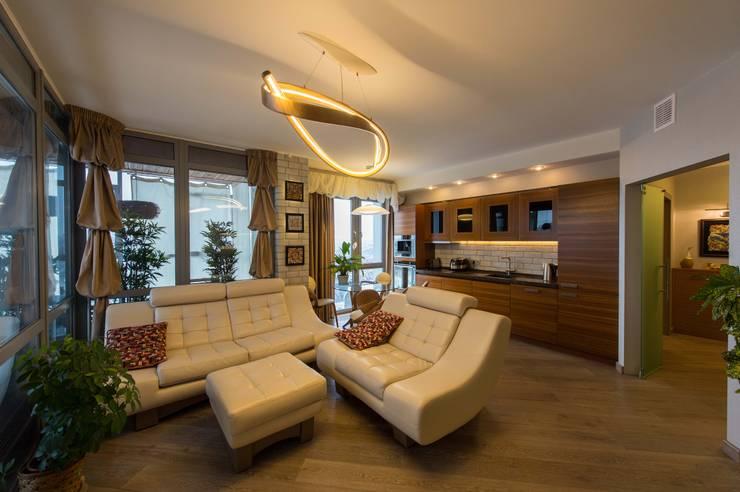 غرفة المعيشة تنفيذ Студия дизайна интерьера 'Золотое сечение'