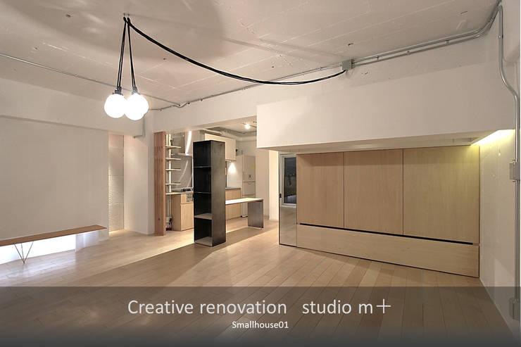モダンリノベ: studio m+ by masato fujiiが手掛けたリビングです。