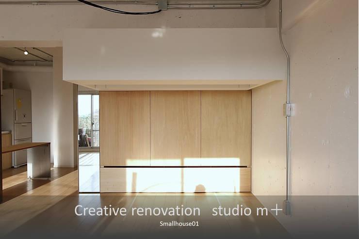 大収納: studio m+ by masato fujiiが手掛けた寝室です。