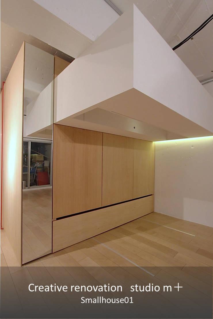 ベットが収納される家具: studio m+ by masato fujiiが手掛けた寝室です。