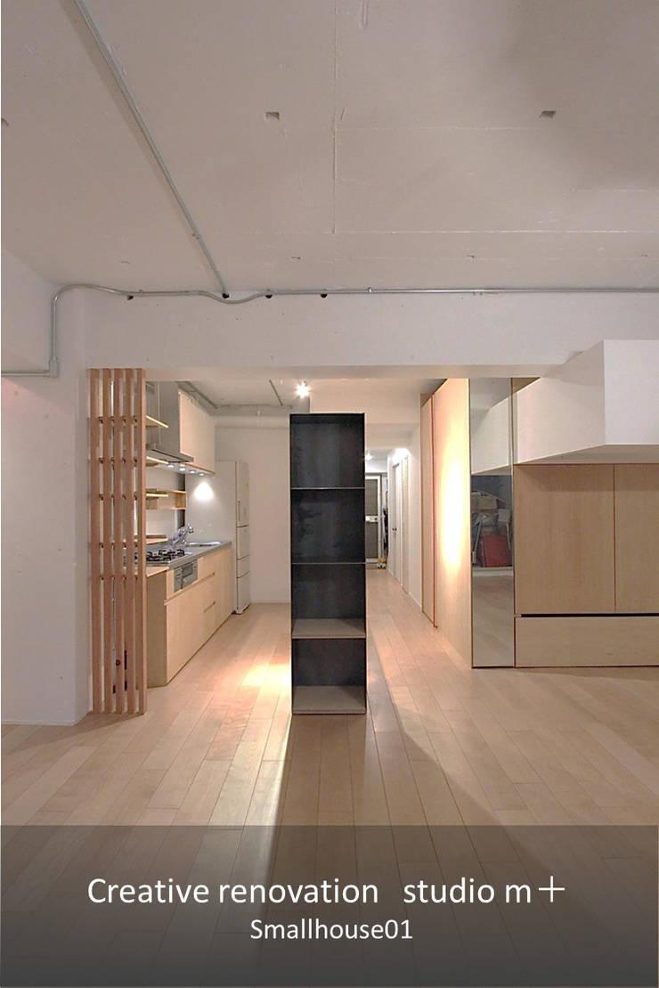 Smallhouse01 「狭小スペースと大収納」: studio m+ by masato fujiiが手掛けたリビングです。