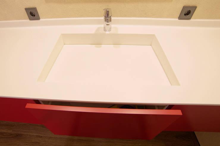 Waschtisch: Corian meets Red:  Badezimmer von Schreinerei Haas Mathias