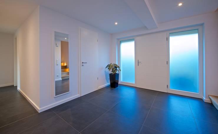 Pasillos y vestíbulos de estilo  de GRID architektur + design