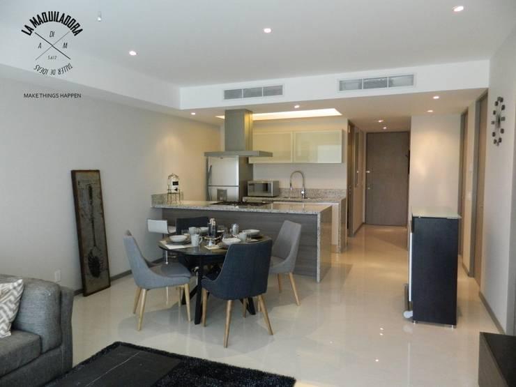 Salas de estar modernas por La Maquiladora / taller de ideas
