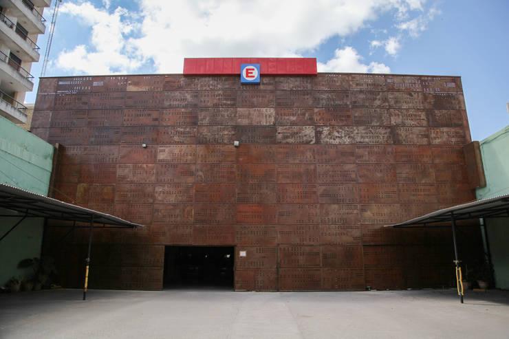 CHAPA PERFORADA A MEDIDA: Galerías y espacios comerciales de estilo  por CITTADINO,