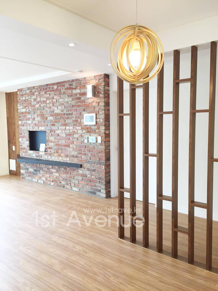 Salas de estilo minimalista de 퍼스트애비뉴 Minimalista