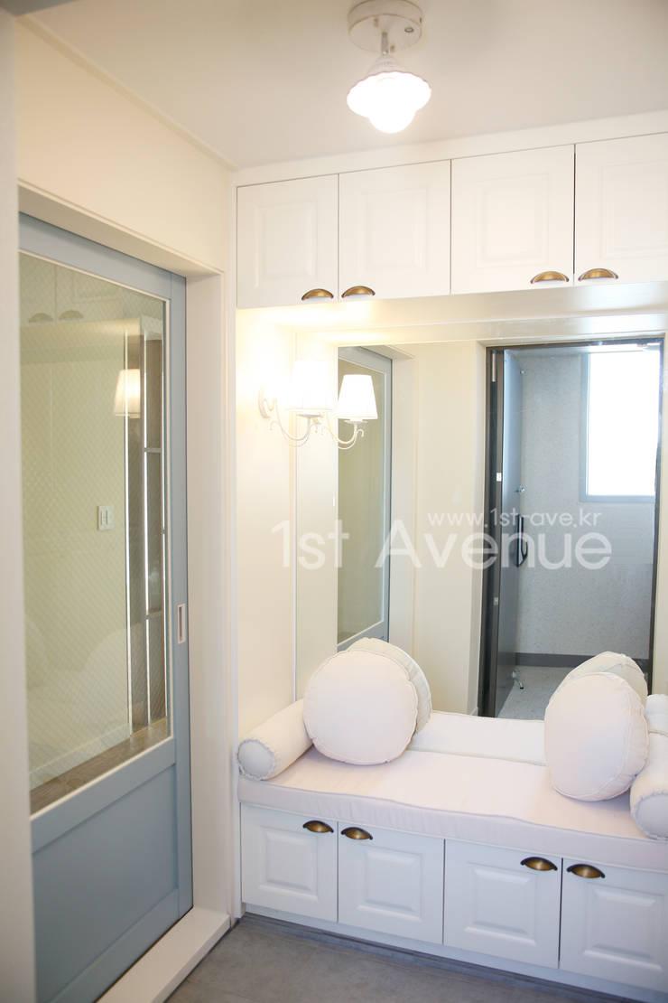 Pasillos, vestíbulos y escaleras de estilo minimalista de 퍼스트애비뉴 Minimalista