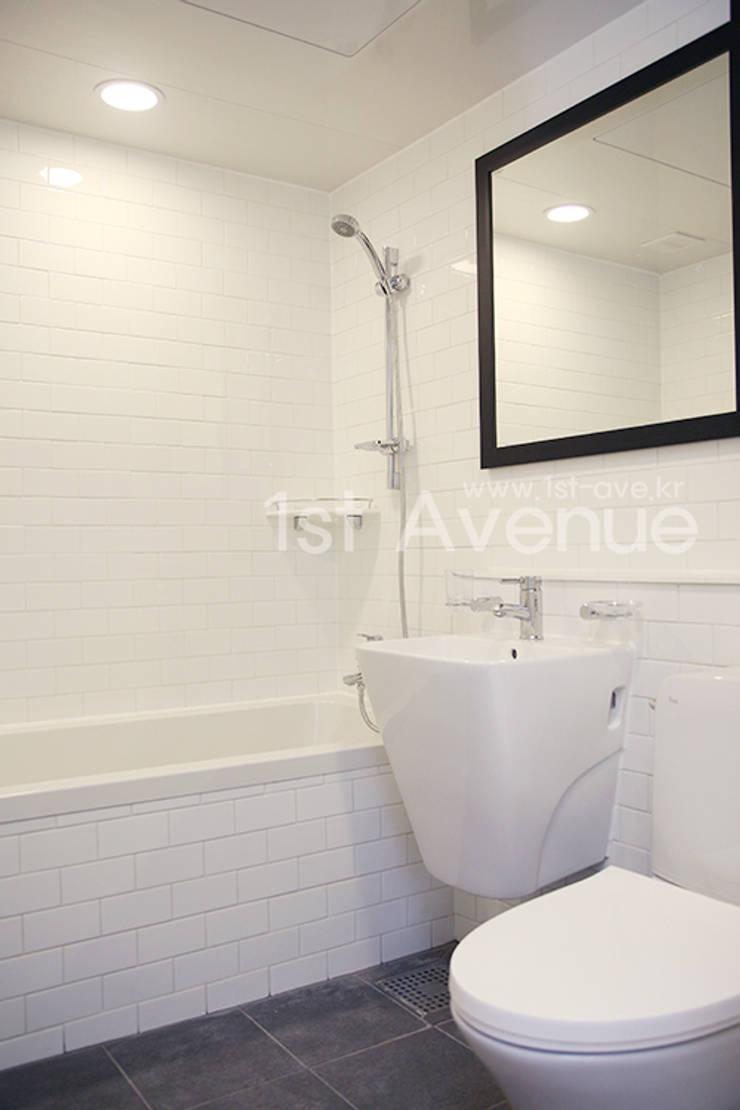 Baños de estilo minimalista de 퍼스트애비뉴 Minimalista