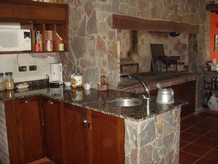 COCINA Y PARRILLA: Cocinas de estilo ecléctico por Arq Andrea Mei   - C O M E I -