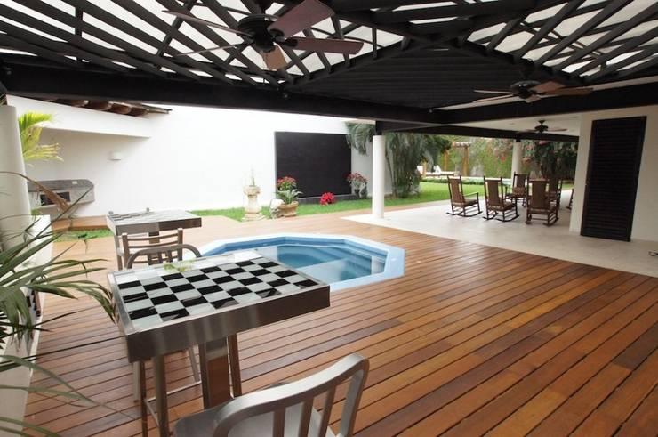 RESIDENCIA EN MÉRIDA P-L: Terrazas de estilo  por AIDA TRACONIS ARQUITECTOS EN MERIDA YUCATAN MEXICO